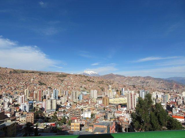 ラパス市内はすり鉢状の街並みで有名。6000m級のイリマニ山が望めます