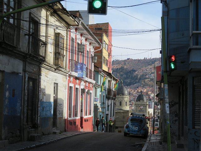 スペイン植民地時代のコロニア調の建物と、高低差が激しいラパスならではの街並み